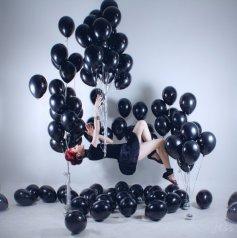Фотосессия с чёрными шарами